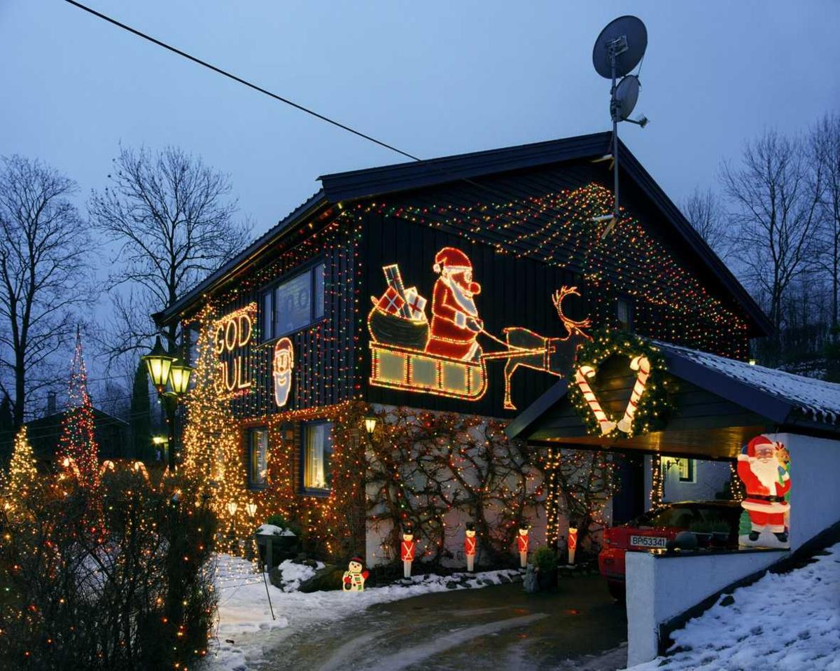 Julebelysning  Fantastisk julebelysning på enebolig. Huset sett fra forsiden