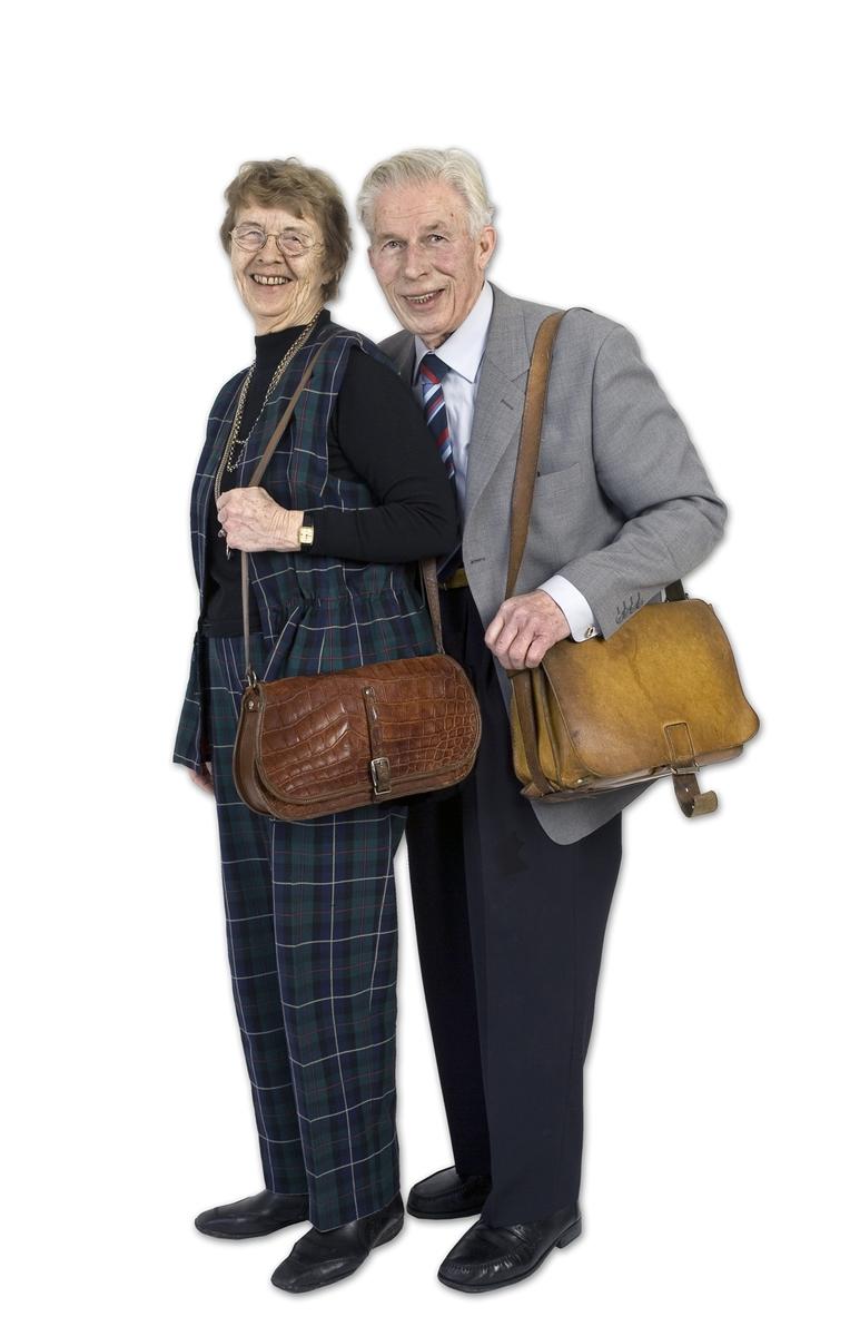 Vesker. Intervjuperson - eldre ektepar - med hver sin yndlingsveske. Studiobilde i forbindelse med samtidsdokumentasjonsprosjekt - Veskeprosjektet 2006.