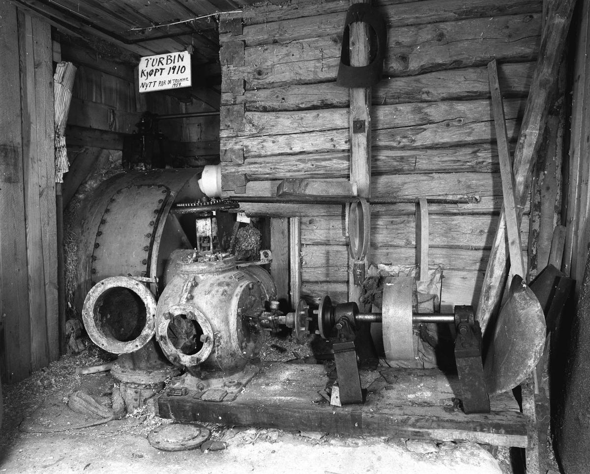 Svartdahl Bruk Maskiner 102C-1 og 102C-2. 102C-1 Francisturbin i kum. Kjøpt fra Sørumssand verksted i 1910. Fikk ny tromme og rør i 1959. Frakoblet, men skal forsatt være i brukbar stand. Yter 18 HK ved 7 m fallhøyde. 102C-2 Francisturbin fra Sørumssand verksted 1914. A. Herman satte inn ledeskovler av messing, fordi surt vann fra Bølertjern fikk de originale stålskovlene til å ruste. Fram til 1923 gav denne turbinen strøm til ei lyspære i hver av 5 gårder. Siden kom kommunalt E-verk i stand.