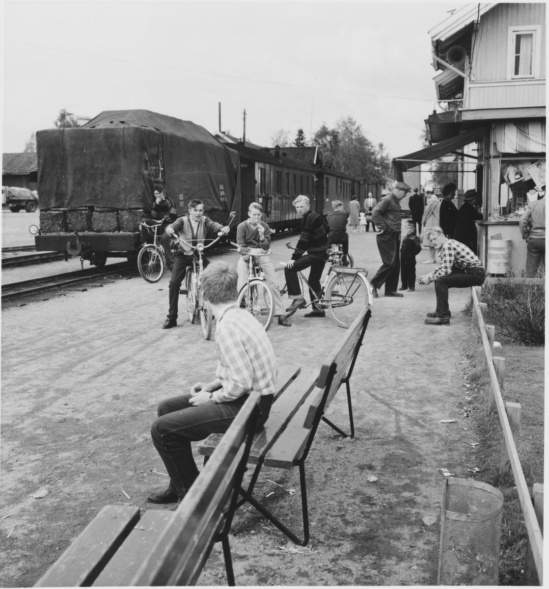 Lokalbefolkningen samlet seg på stasjonen ved togankomst på Bjørkelangen.
