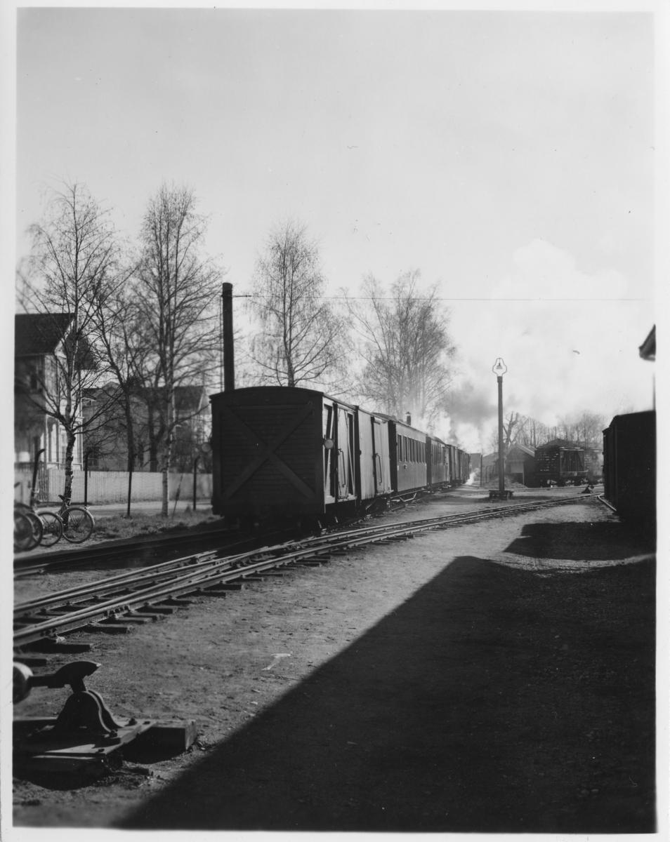 Tog 2051 til Skulerud på vei ut fra Sørumsand stasjon.
