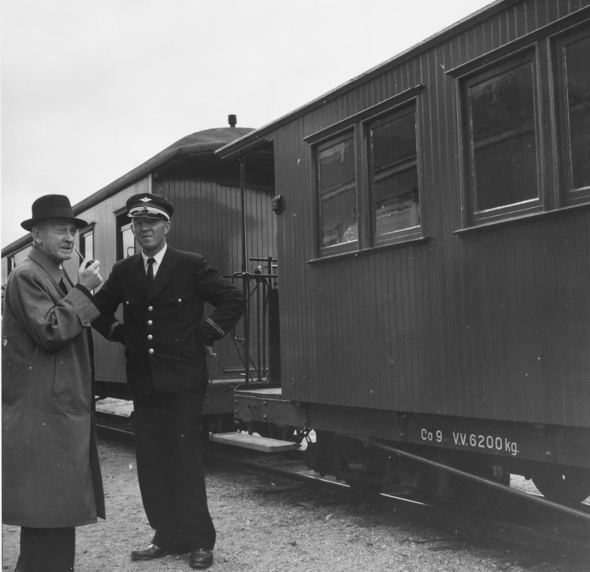 Overkonduktør Håkon Kjelsrud på Skulerud stasjon siste ordinære driftsdag på Urskog-Hølandsbanen.