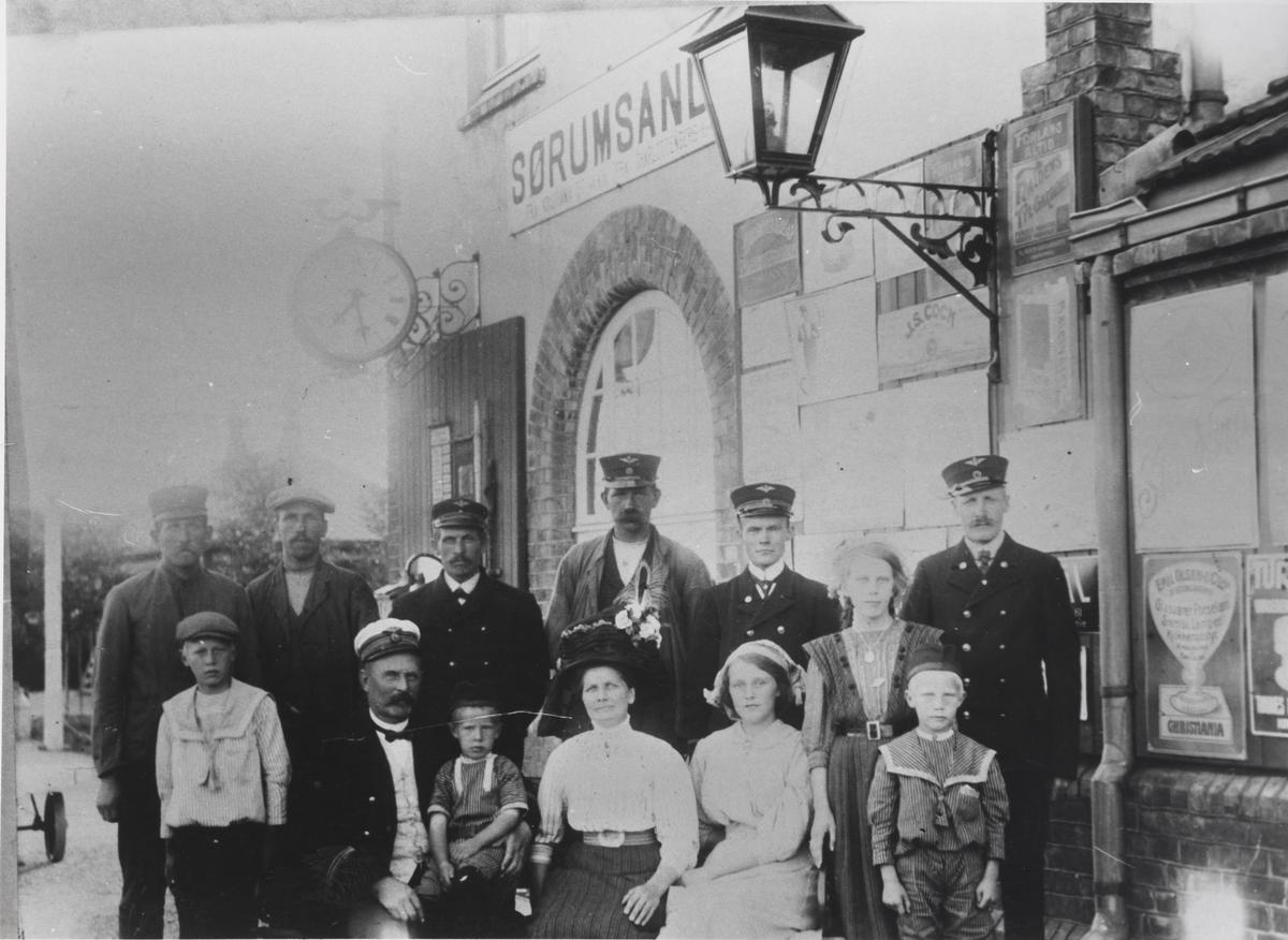 Stasjonsmesterens familie, hushjelp og øvrig stasjonsbetjening på Sørumsand stasjon.