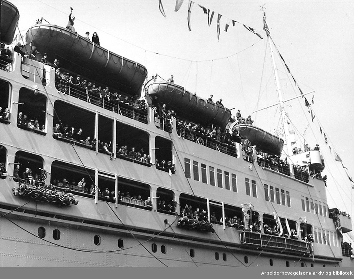 """Regjeringen Nygaardsvolds hjemkomst, .31. mai 1945..Skipet """"Andes"""" med regjeringen ombord inn til Oslo havn"""