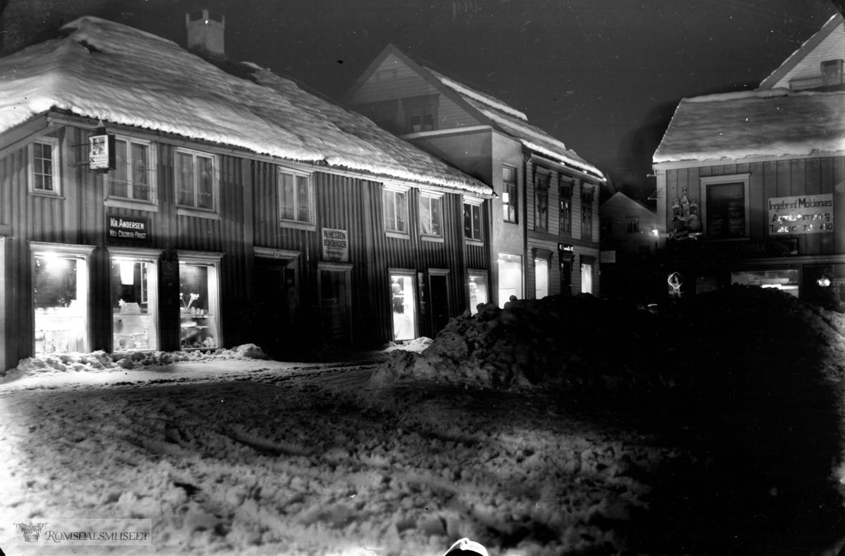 I Høstmarkgården Bokbinder N.Hessen, Kr.Anersen (mel-colonial-frugt)..t.h Ingebrigt Moldenæs..Aandahl til venstre.