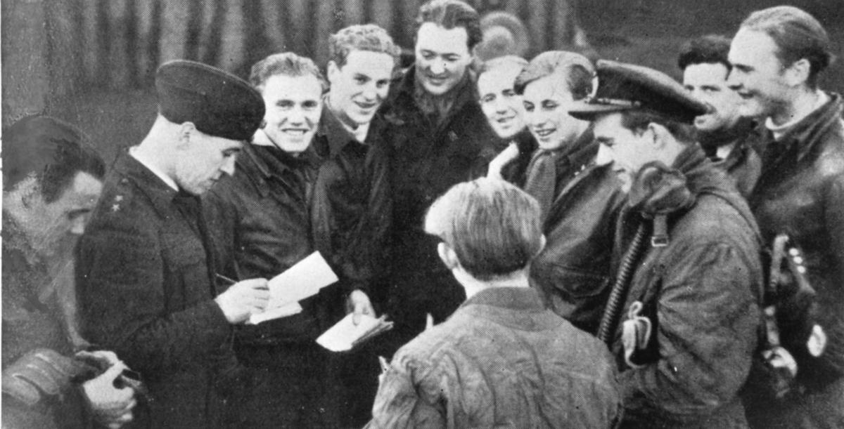 Flyvere fra 132 (N) Wing 29. desember 1944. Dette var kanskje skvadronens aller største dag, med minst 12 nedskytte tyske fly. Fra venstre: fenrik Watvedt, løytnant Steine, major Gran, kaptein Grundt Spang, kaptein Aanjesen, løytnant Woxen, fenrik Dogger, fenrik Tidemann-Johansen, sersjant Lausund og sersjant Ditlev-Simonsen. Med ryggen til: Løytnant Thulin.