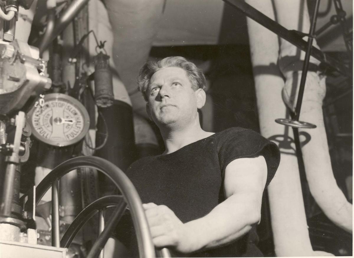 """Jageren  """"Glaisdale"""" , livet om bord under 2. VK. Fra fyrdørken"""