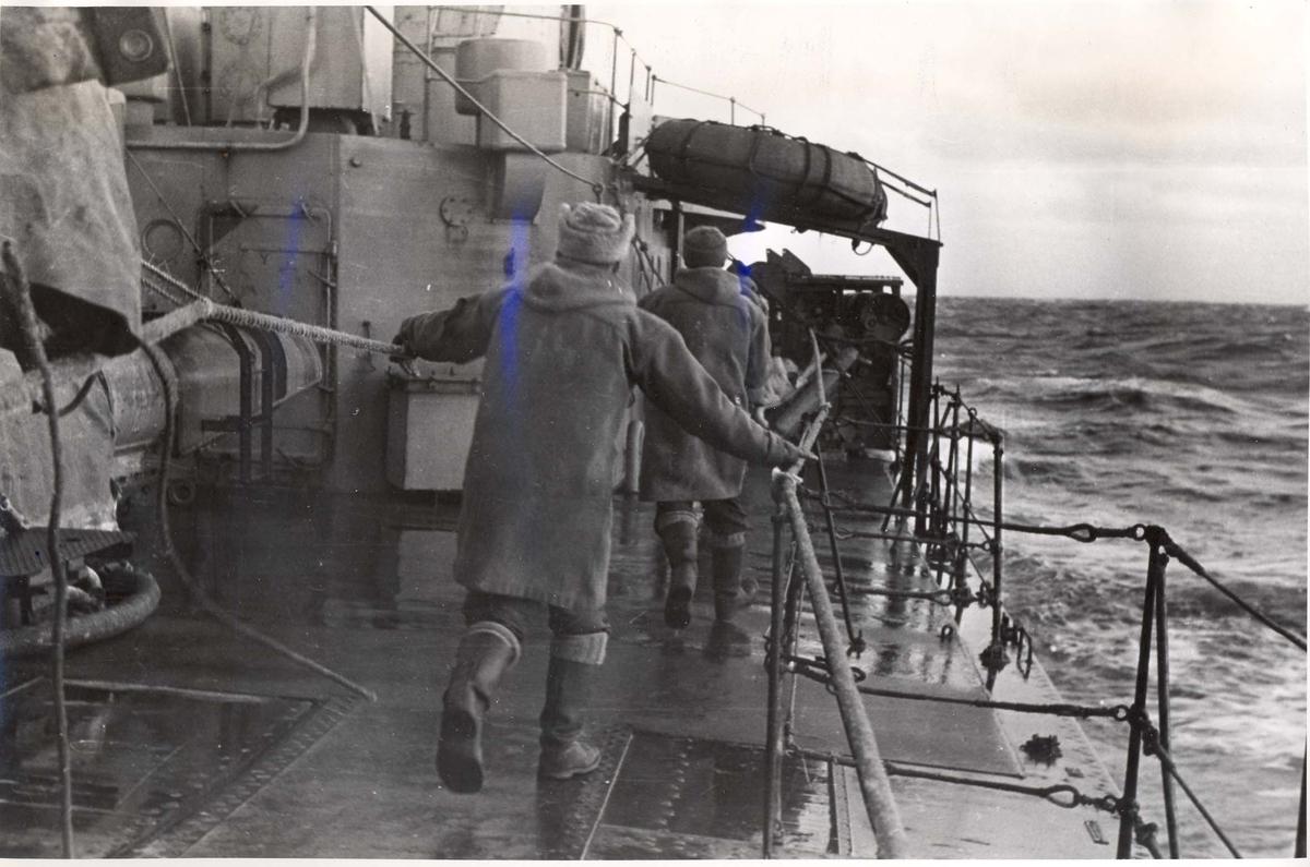 Enkeltbilde. Jageren Stord i konvoy til Murmansk. Alarmen om at tyskerne skal angripe har gått.