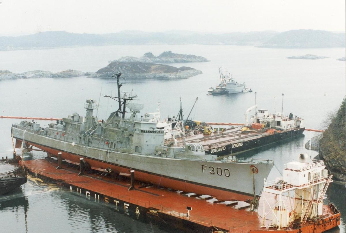 Enkeltbilde. Fregatten KNM Oslo, redning av fartøyet.
