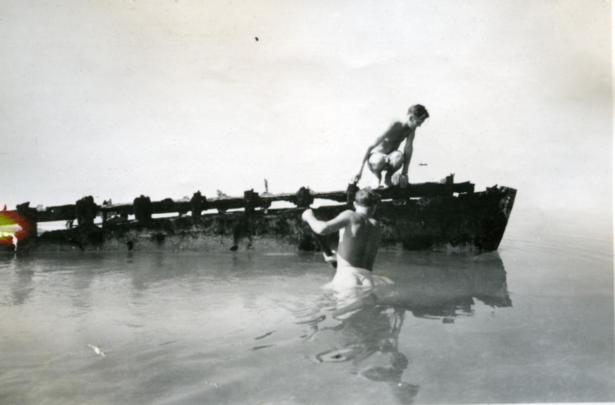 Album Ubåtjager King Haakon VII 1942-1946 Forskjellige bilder. Fiskeplassen ved Kay West. Et vrak.