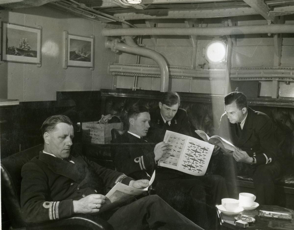 """Album Glaisdale H.Nor.M.S. """"Glaisdale"""". Fotograf: Keystone press. Offiserer, cadet og vakt."""