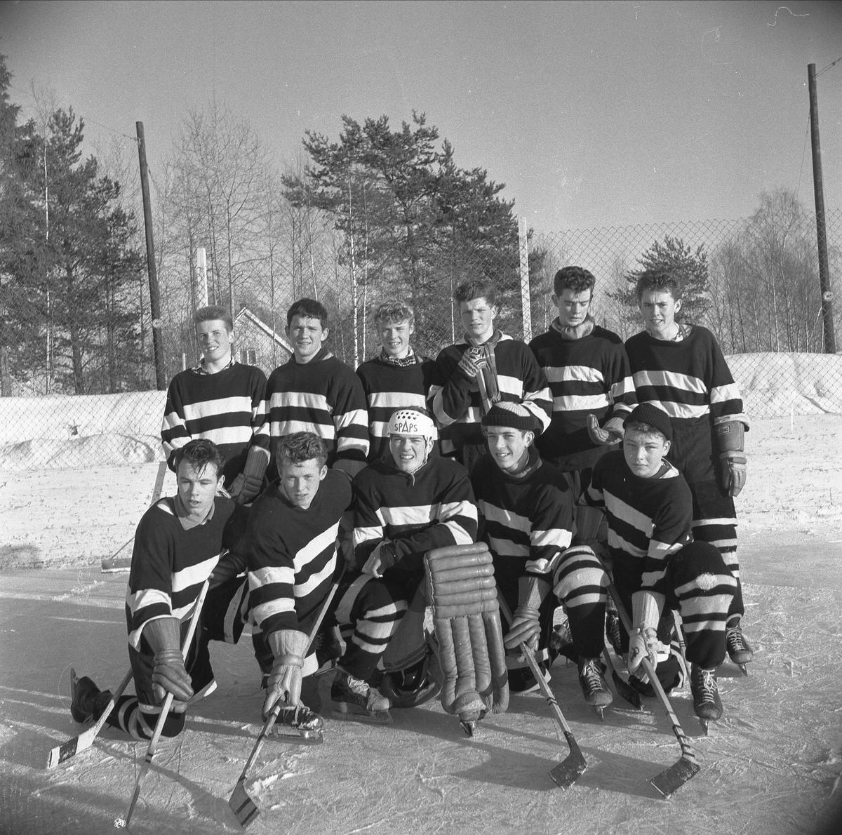 STORHAMAR, ISHOCKEYSPILLERE, UTENDØRSBANE, VINTERIDRETT. LAGBILDE, GRUPPE 11 UKJENTE. HAMAR KATEDRALSKOLES SEIRENDE LAG I ISHOCKEYTURNERINGEN 1959/1960. FØRSTE REKKE F. V. STEINAR JOHANSEN, JAN SINDRE LARSEN, JON OLAV LARSEN, JAN ÅGE MATHISEN, HELGE AARFLOT. BAKERST F. V. SVEN OLE FLENSBORG, PER BØE BEKKEVOLD, KJELL HÅKONSEN, EDGAR MALMANN, TERJE KRISTIANSEN, ERIK GRIMSRUD. SE BOKA PÅ ET HUNDNREDELS SEKUND, LØTEN OG OMEGN 19571964 I ORD OG BILDERAV HELGE REISTAD S. 133.