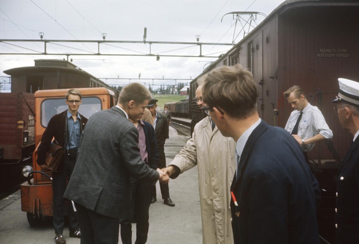 A/L Hølandsbanens veterantog til Skreia før avgang fra Eina stasjon.