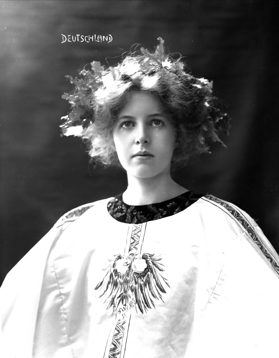 Brystportrett av kvinne i drakt med riksvåpen og hårsmykke.