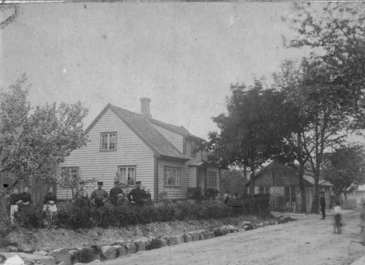 Theodora Nygaards hus, Langgt. 8 Nygaardshuset: fleire personar ståande foran huset