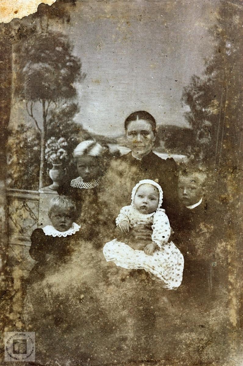 Portrett av mor med fire små. Øvre Øydna. Grindheim.