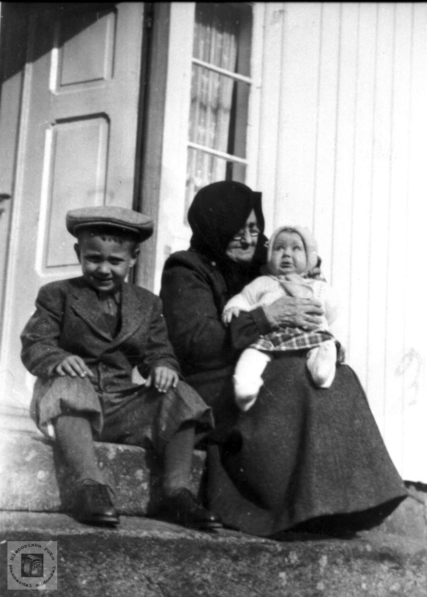 """Portrett av """"Besta"""" Ågedal med barnebarn på trappa."""
