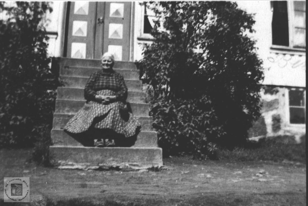 Portrett av Guri Fidje på trappa, Laudal.