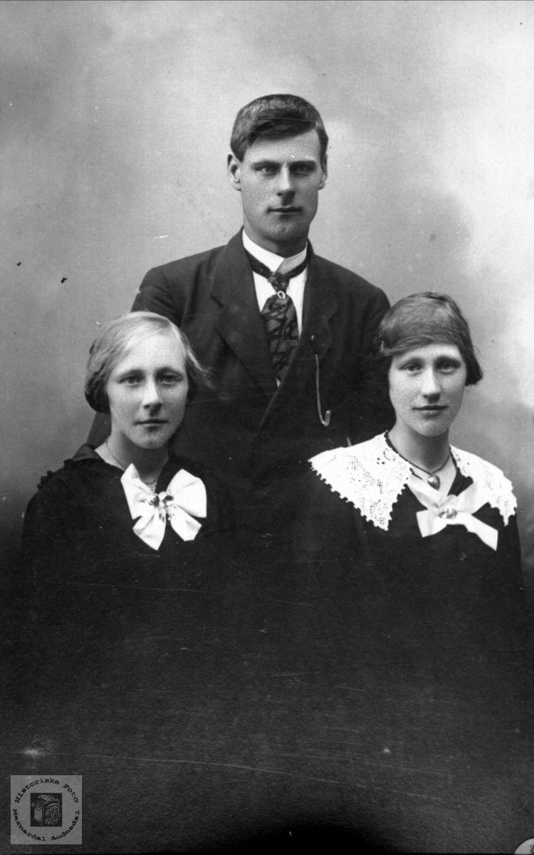 Portrett av Arnt Fidja, Sofie Laudal og Elene Fidja, f. Laudal.