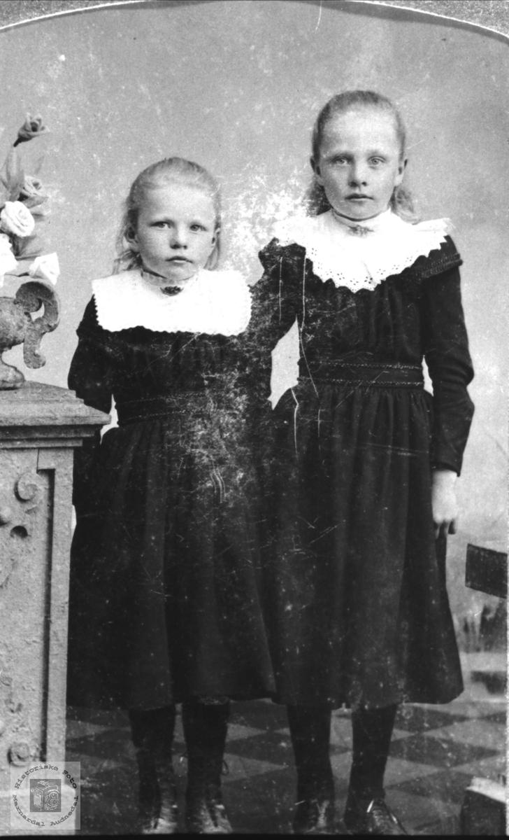 Portrett av søstrene Sofie og Sigrid Laudal.