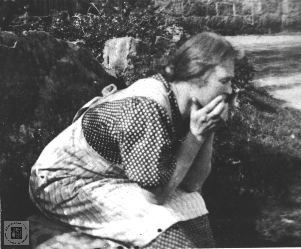 Avslapning mellom øktene. Anna Usland, Øyslebø.