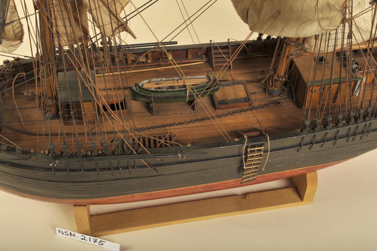 Brigg,  halvmodell  ' ARA '. Hvit, gullstripe, brun, blå plate med gullramme.