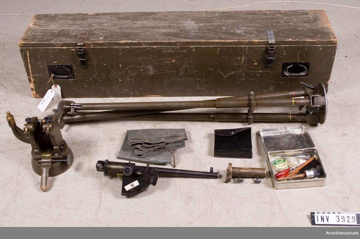 Pjässimulator fm/1958. Tyskt övningsvapen MT, 14,5 mm, (Kleinkaliberschiessgerät). Består av: 1 pjässimulator, stl: 526 mm, pipl: 400 mm, kal: 14,5 mm, vikt: 5070 gr. Märkt (Tvico) VS 1, 1 mellanstycke, 21,3 kg. Märkt (Geco) VS 1, 1 instrumenthylsa t panoramasikte, vikt: 850 gr, 1 stativ, stl: 1260 mm, vikt: 21 kg. Märkt VS 1, 1 rengöringssats i plåtask, l: 170 mm, b: 120 mm, h: 60 mm, vikt: 700 gr, 1 fodral m lock av läder, l: 170 mm, b: 145 mm, h: 60 mm, vikt: 160 gr, 1 transportlåda av trä, l: 1550 mm, b: 350 mm, h: 300 mm, vikt: ca 25 kg.