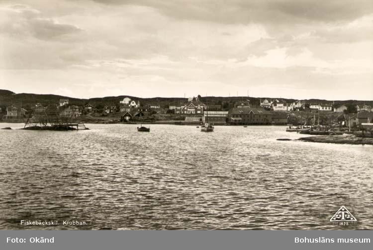 """Tryckt text på kortet: """"Fiskebäckskil. Klubban."""" """"Tyra Dahlqvists Eftr. Fiskebäckskil."""" Noterat på kortet: """"Fiskebäckskil Skaftö(landet). 6 Aug. 1954."""" """"Klubban, öster om F. sett fr. nordväst."""""""