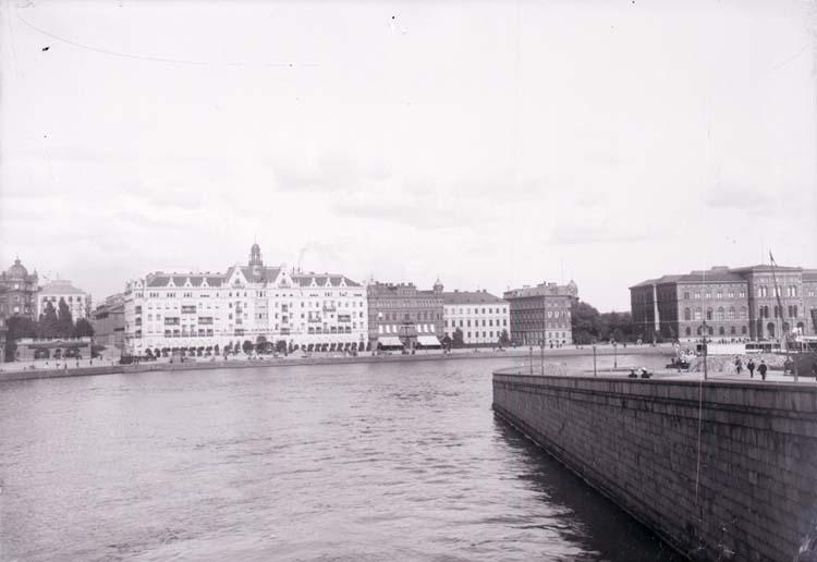 """Enligt text som medföljde bilden: """"Stockholm. Grand Hotell och Nationalmuseum fr. Norrbro 2/9 1900."""""""