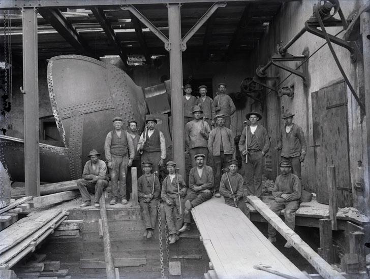 """""""Arbetare i Munkedals fabrik. Omkring 1930.""""  """"Nitarlag."""""""