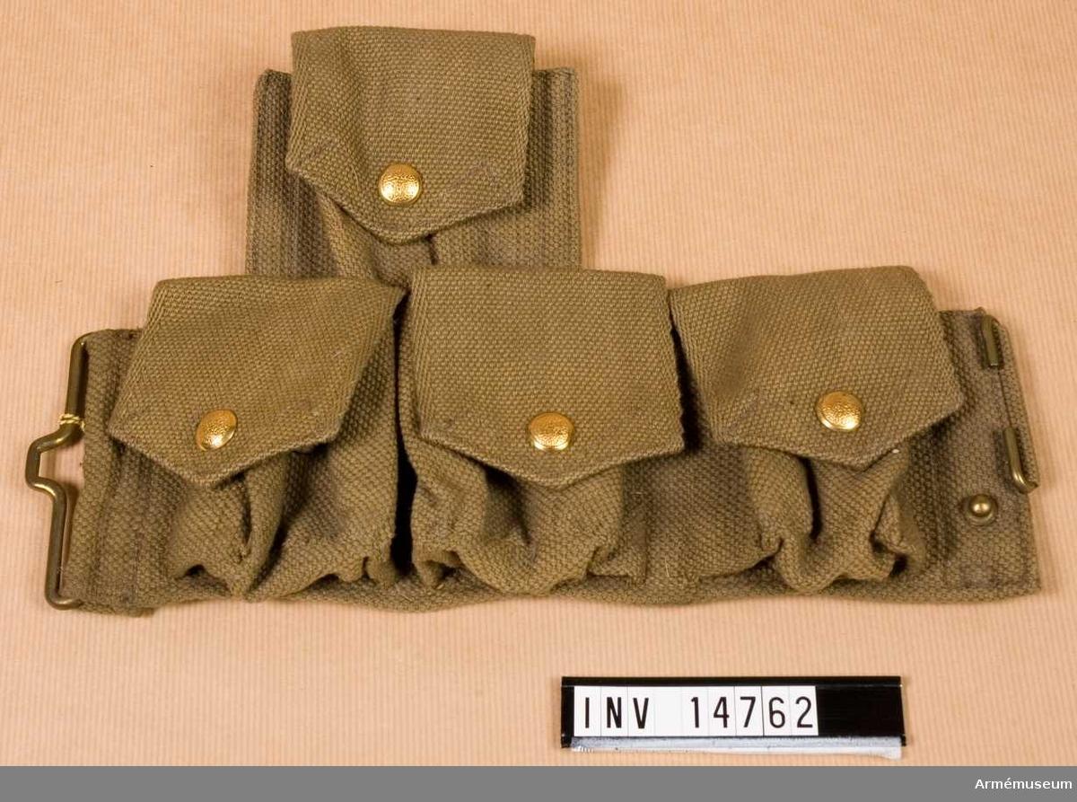 """Grupp C II. Patronväska, vänster, av khakifärgat tjockt bomullstyg (på  engelska wibbing) och alla metalldelar (spännen, ringar, beslag  och knappar) är av mässing.  Väskorna stänges med knappar. De är grupperade i två rader: i  den övre en och i den nedre tre väskor. Båda raderna har fyra """"fickor"""" sammansydda och bäres på högra sidan av livremmen.  Patronväskan i övre raden har två mellanväggar. De övriga  väskorna har en.  På lockens baksida (väskan i övre raden) finns en stämpel:  """"M.E.Co. 1913"""". På baksidorna av patronväskorna i nedre raden finns en smal hylsa för livremmen. På baksidan av väskan i övre raden finns en fastsydd ring och spännen för hängslen.  LITT  Handbuch der Uniformkunde. Prof. R Knötel, Hamburg 1937, sida 204. Bajonetthylsa, patronväskor och bärremmar är alla av grågrönt tyg (""""Webstoff""""). Bild Abb 81. Grossbritanien. 1900-1936. Infanterister """"e"""" och """"f"""" med samma patronväskor (åren 1914-16). Arméenalbum II. England. Sida 13. Lederzeug. Manskapet har till fältuniformen rempersedlar av khakifärgat """"Gurtband"""" - kallas på engelska """"Wibbing"""". Bilaga: Bild av gördel av samma tyg.Enligt kapten W. Granberg."""