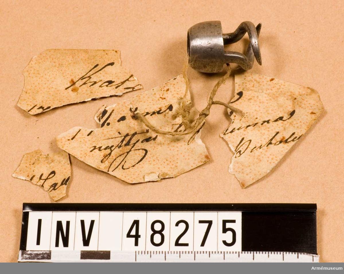 """Grupp E VIII. Text enligt vidhängande lapp: Kratzar 1791. års kunna nyttjas till pistol. På baksidan: 495 skrivet med rödpenna (modellkammarnummer) samt ett rött lacksigill med en bokstav i: F.  Kratsen stämplad: LS, under ena """"klon""""."""