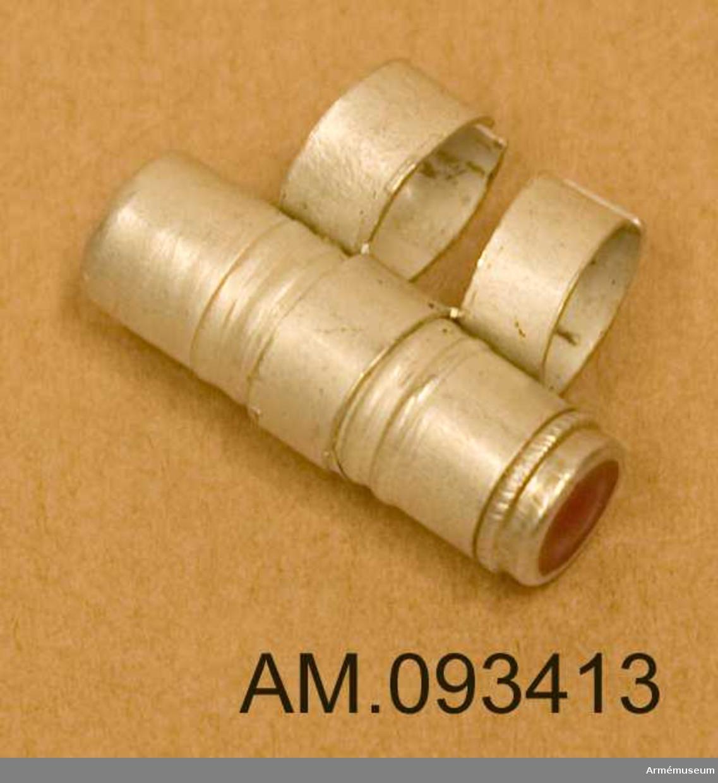 Behållare möjligen avsedd för microfilm utformad som den sortens behållare som monteras på brevduvor.