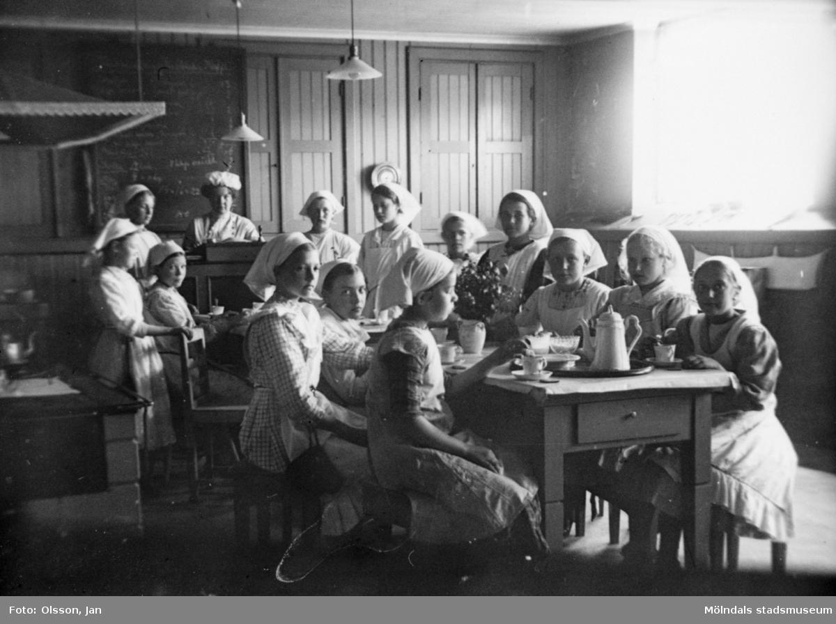Läraren Hilda Olsson med elever i Trädgårdsskolans skolkök, år 1910. Trädgårdsskolan (senare kallad Träskolan, revs 1986) låg där Kvarnbyskolan har sin skolgård.