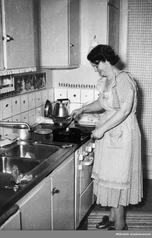 Prytzgatan 4 i Mölndal på 1950-talet. Elin Gustafsson steker köttbullar i sitt kök i juletid. Elin arbetade på strumpfabriken.