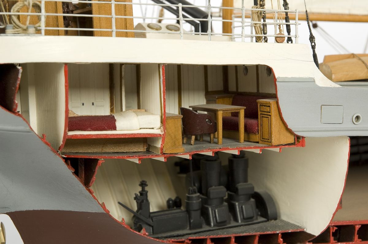 Silva hör till de minsta fartygen som finns i museets modellsamling. Bolinder-Munktellmotor som 1961 byttes till en Volvo Penta diesel. Modellen har SB sida uppskuren och är riggad med segel.