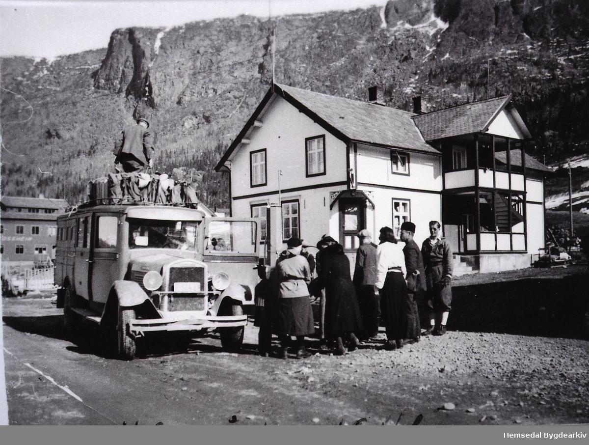 Hemsedalbilene (F-12431) tek på  påsketuristar ved Hemsedal Samvirkelag på Ulsåk ein gong i 1941.