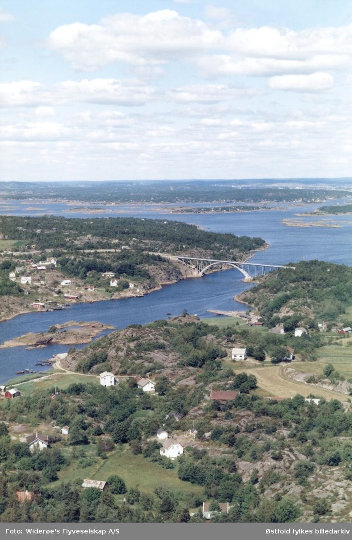 Oversiktsbilde fra Hvaler, flyfoto fra Skjelsbusund bru, datert 12. juli 1967. Brua ble bygd i 1964. Skjelsbusundet mellom Spjærøy (nærmest) og Vesterøy.  Dypedal -gårdenei forgrunnen.