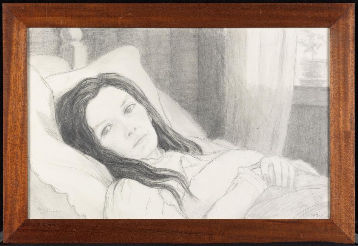 Kvinne liggende i seng, på skrå mot v., brystb., løst mørkt hår.