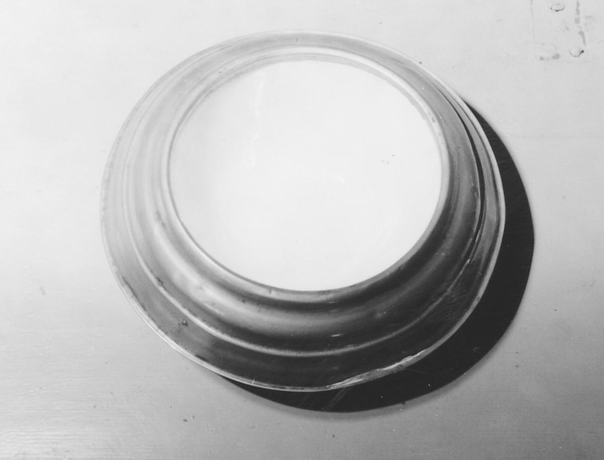 Sirkelformet bunn, nedre 1/2-del blikk, øverste messing, innvendig steintøy