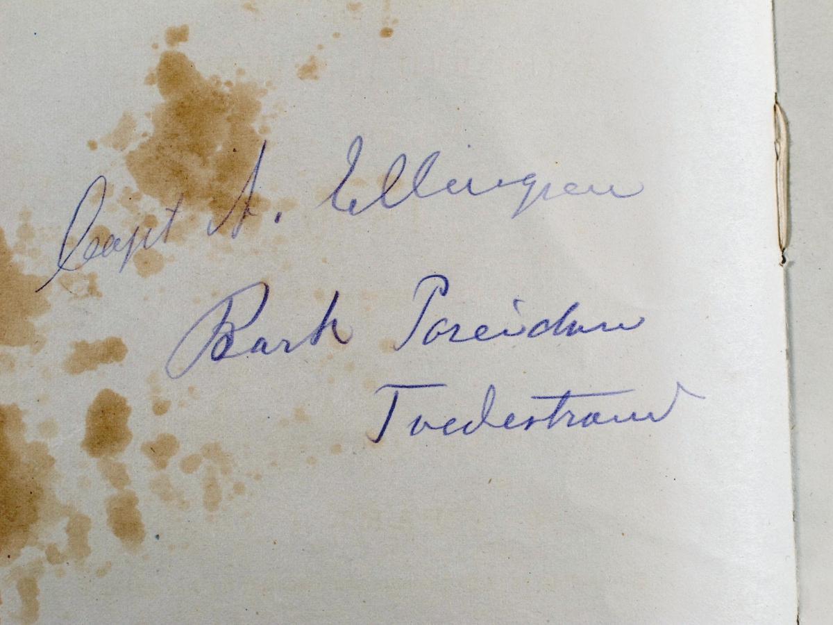 Nautisk almanakk for 1899, engelsk. The Nautical Almanac and astronomical   Ephemeris for the year 1899,   for the Meridian of the royal   Observatory at Greenwich. Part I. London.  Blått omslag.  Påskrevet navn på skip og kaptein.