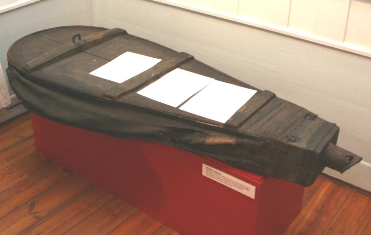 Form: Stor belg med sprukket rør i den ene ende, Lengde 13cm. Den ene sid