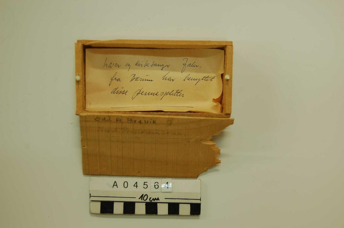 """Trehvit, uhøvlet, satt sammen med spiker. Løst lokk. Inneholder ett ark med påskrift; """"Lærer og kirkesanger Jahr fra Bærum har benyttet disse pennesplitter"""""""