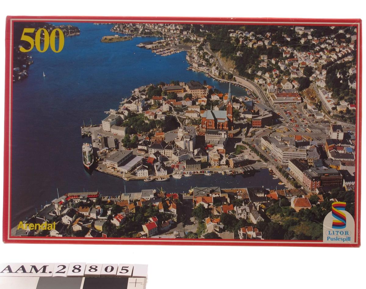 Flyfoto av Arendal sentrum på eskens forside. Tyholmen sentralt i motivet. Fra tiden 1975 - 1980.