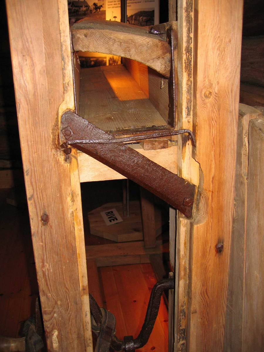 Nesten helt i tre. Sveiv, veivstang og kniv i stål. Hakkemekanismen er et skråstilt blad som står i en ramme som går opp og ned. Stort svinghjul av tre.