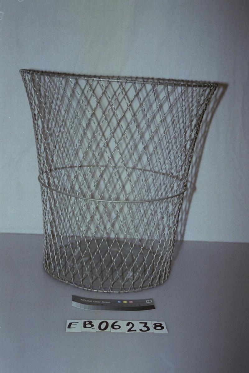 Form: form som et kjøkkenglass, litt videre øverst enn nederst. Sidene er av netting, i ruter (som i kortstokken), og bunnen er hel