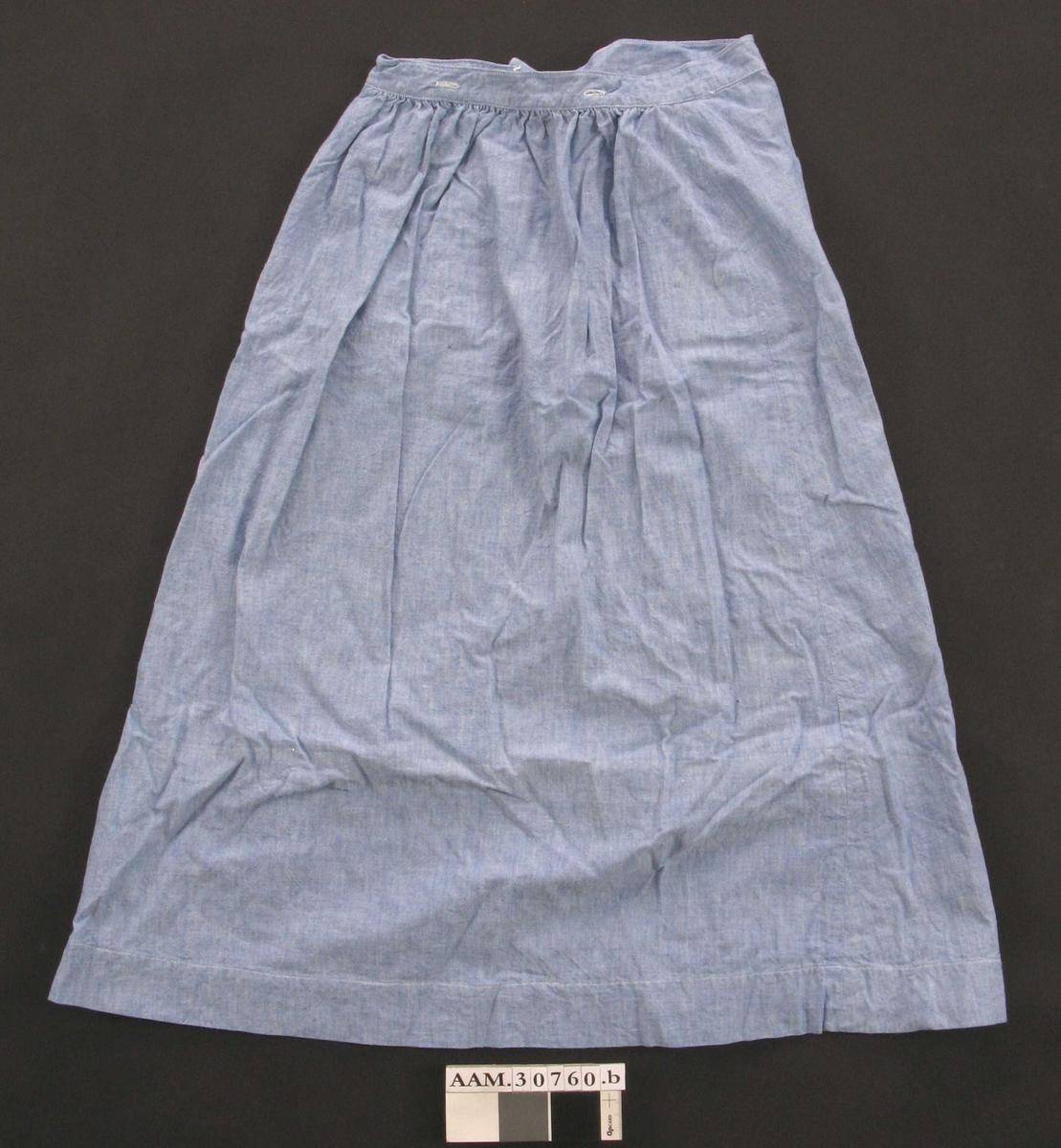 Form: Sydd av 4 høyder, rynket bak, glatt foran. 2 knapper øverst i ene sømmen på fremstykket. Lav linning.