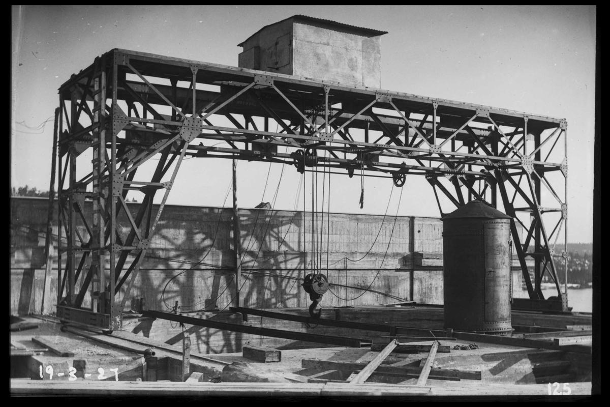 Arendal Fossekompani i begynnelsen av 1900-tallet CD merket 0468, Bilde: 77 Sted: Flaten Beskrivelse: Galgekran tønna