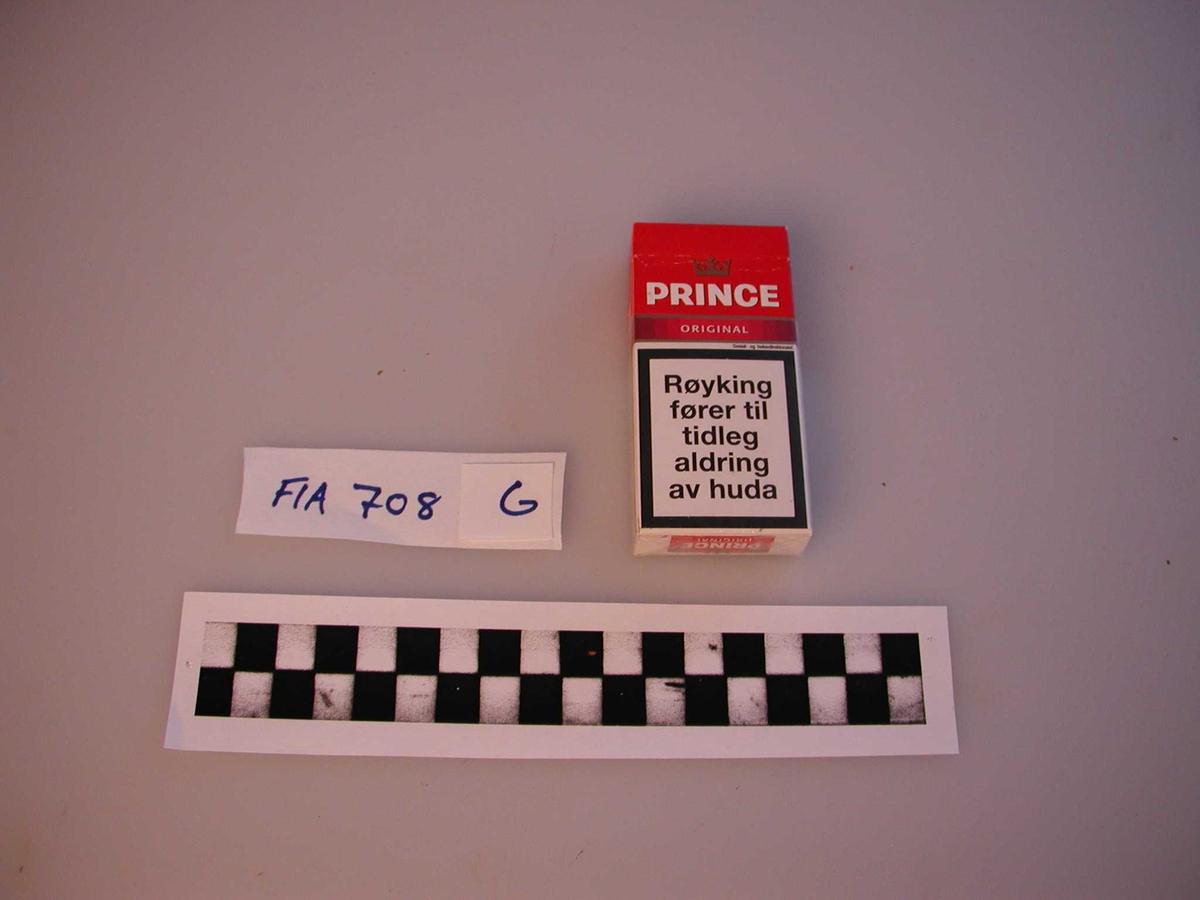 18 ulike eske med sigaretter. Alle har advarsler mot helseskader. Samlingen inneholder både 10 og 20 pakninger