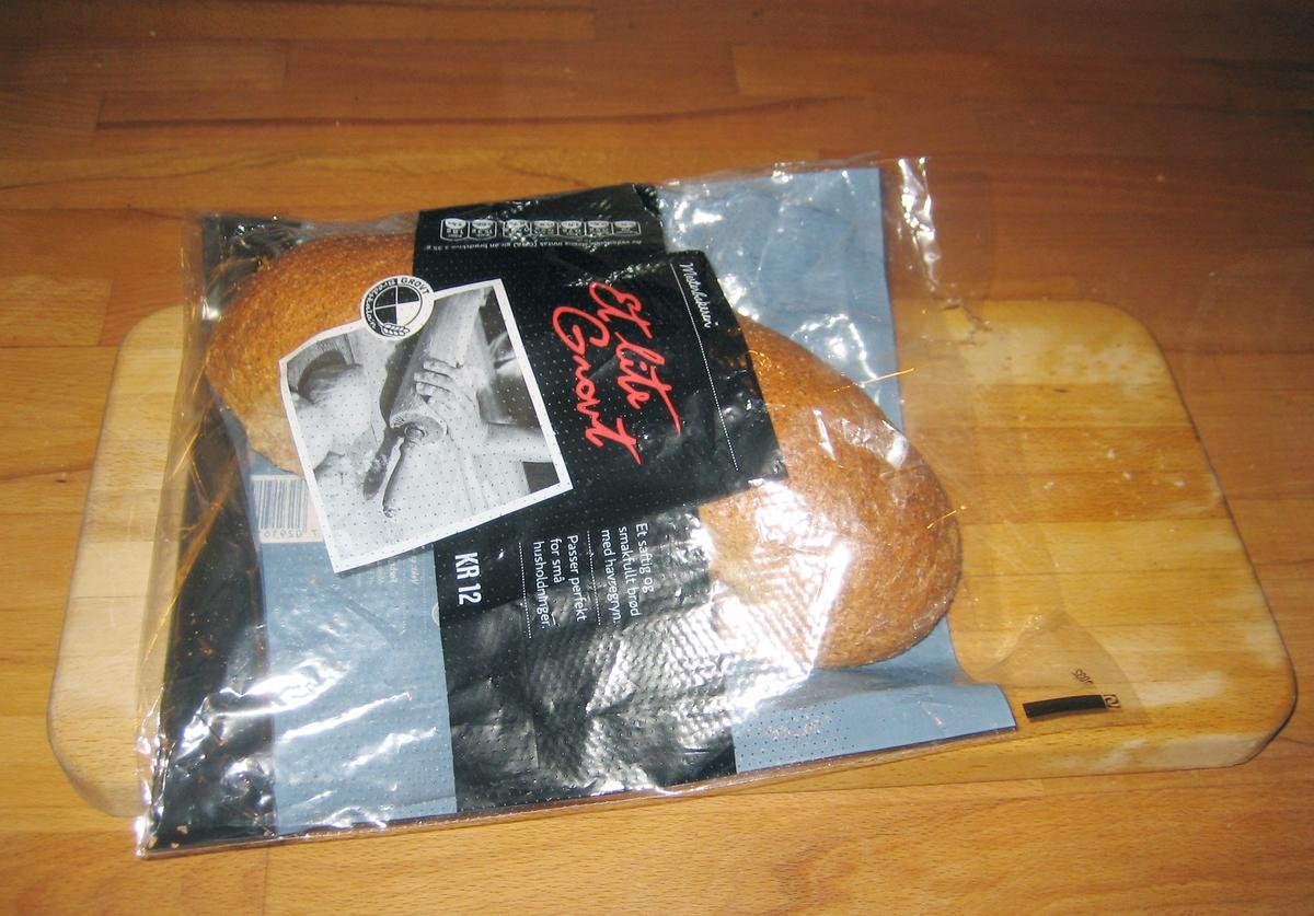 Motivet på brødposen er i sort/hvit og viser en hånd som holder på en kjevle som kjevler ut en deig.